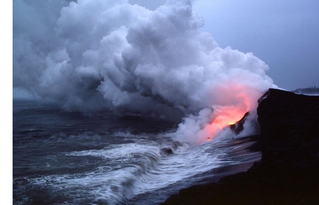 Lava ergießt sich ins Meer